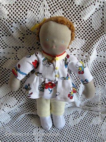 Друзья, в моей коллекции появилась вот такая кукла.Рост 47 см., сшита из хлопка, волосы из травки уложены в статичную причёску, одежда ( кроме шапочки ) несъёмная. фото 5