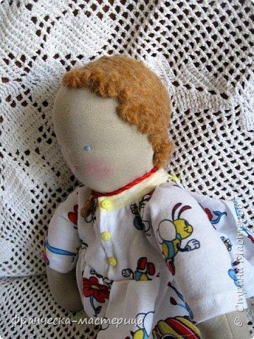 Друзья, в моей коллекции появилась вот такая кукла.Рост 47 см., сшита из хлопка, волосы из травки уложены в статичную причёску, одежда ( кроме шапочки ) несъёмная. фото 7