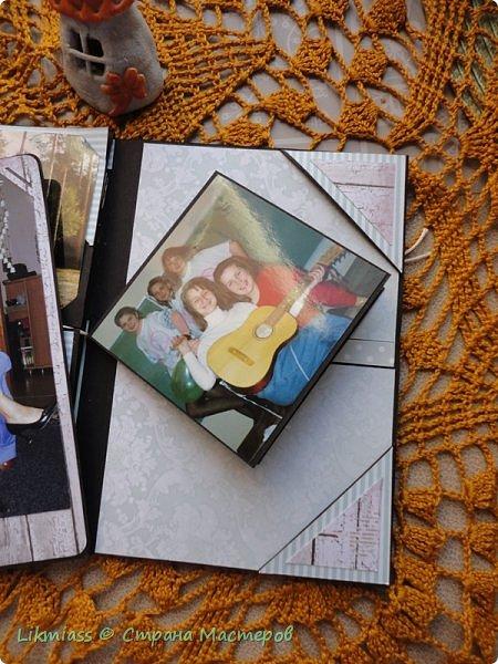 По Мастер классу Жени Захаровой в Скрап Академии онлайн сделала фотопапку. Идея интересная, но пока не знаю нравится ли мне такая упаковка фотографий или нет. Сегодня начала делать вторую( надо же разобраться) побольше.  Эта папочка примерно на 20-25 фото. Размер 11 на 16,. т.е фото можно вставить в некоторые странички 10 на 15. Папка не предполагает особого декорирования, здесь задача вместить много фото.   Фото взяла Полинины первый, второй курс университета. На учебе и на каникулах.   фото 5