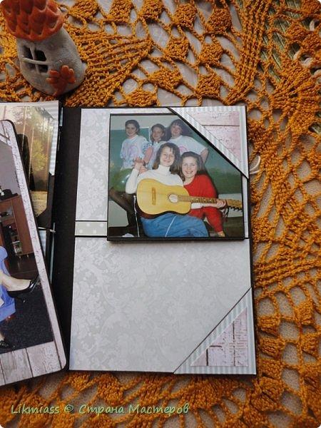 По Мастер классу Жени Захаровой в Скрап Академии онлайн сделала фотопапку. Идея интересная, но пока не знаю нравится ли мне такая упаковка фотографий или нет. Сегодня начала делать вторую( надо же разобраться) побольше.  Эта папочка примерно на 20-25 фото. Размер 11 на 16,. т.е фото можно вставить в некоторые странички 10 на 15. Папка не предполагает особого декорирования, здесь задача вместить много фото.   Фото взяла Полинины первый, второй курс университета. На учебе и на каникулах.   фото 6