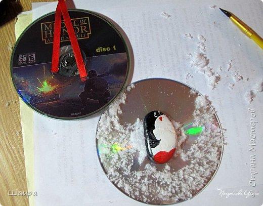 Привезли с моря камешки, разрисовали их, полюбовались http://stranamasterov.ru/node/1040166. И все, лежат без дела. А тут диски компьютерные негодные попались. Вот и придумалось. фото 9
