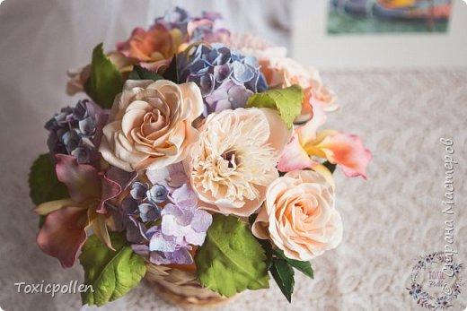 Я снова забыла посещать этот прекрасный ресурс, но стараюсь исправиться) Есть материалы для публикации, которыми очень хотела бы поделиться. Например, эта композиция с розами, орхидеями каттлея, пионами и гортензией. фото 1