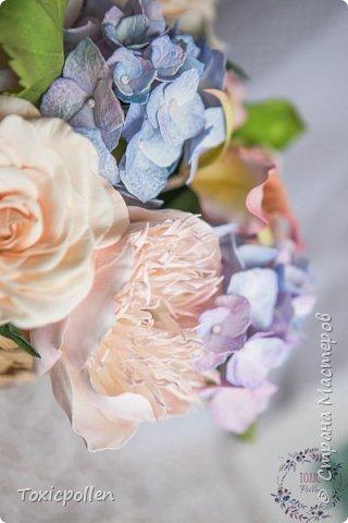 Я снова забыла посещать этот прекрасный ресурс, но стараюсь исправиться) Есть материалы для публикации, которыми очень хотела бы поделиться. Например, эта композиция с розами, орхидеями каттлея, пионами и гортензией. фото 4