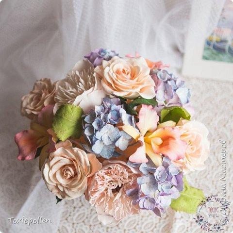 Я снова забыла посещать этот прекрасный ресурс, но стараюсь исправиться) Есть материалы для публикации, которыми очень хотела бы поделиться. Например, эта композиция с розами, орхидеями каттлея, пионами и гортензией. фото 5