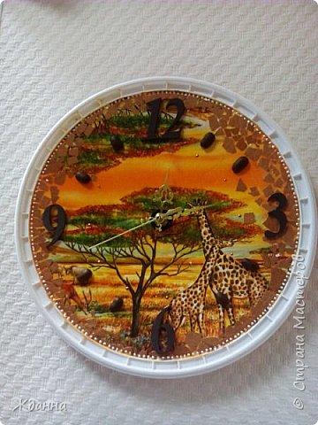 """Люблю африканскую тему!  Греет в дождливую погоду.))))) Эти часы назвала """" Африка.День."""" Салфетка, яичная скорлупа, зерна кофе. По краю - точкование контуром. фото 1"""