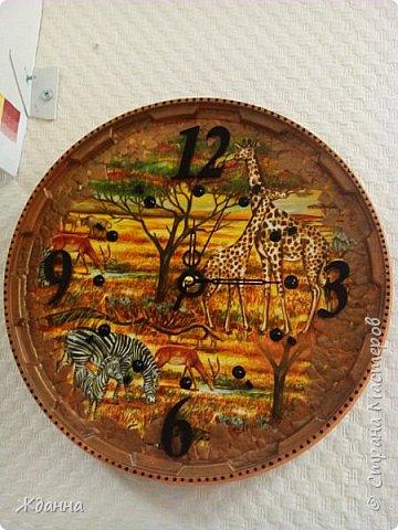 """Люблю африканскую тему!  Греет в дождливую погоду.))))) Эти часы назвала """" Африка.День."""" Салфетка, яичная скорлупа, зерна кофе. По краю - точкование контуром. фото 2"""