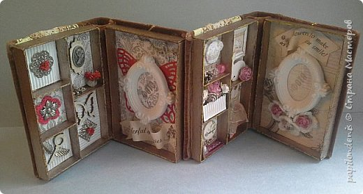 """В подарок двум учителям моей дочери получились вот такие настольные рамки для небольших фотографий. Каждая """"книжка"""" состоит из двух """"шадоу-боксов"""", склеенных корешком и обложкой. Размеры около 15 см. на 11 см. Толщина 3,5 см.  В закрытом состоянии их держит золотистая резинка, которая вшита под заднюю обложку. фото 3"""