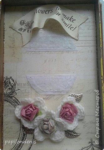 """В подарок двум учителям моей дочери получились вот такие настольные рамки для небольших фотографий. Каждая """"книжка"""" состоит из двух """"шадоу-боксов"""", склеенных корешком и обложкой. Размеры около 15 см. на 11 см. Толщина 3,5 см.  В закрытом состоянии их держит золотистая резинка, которая вшита под заднюю обложку. фото 7"""