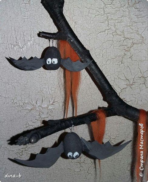 Подружкиной дочке в школе задали сделать поделку к Хеллоуину (на англ.язык)... Вот что вышло! Мумия-каркас из проволки.оклеен поролоном.обмотан бинтом. Тыква-соленое тесто Мышки-пенопластовые яйца+картон Дерево-березовая палка) На ветках-шерсть для валяния. В горшочке-алебастр  фото 2