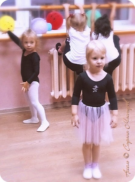 Всем привет! Настена уже месяц ходит в танцевальную студию. И вижу, что с каждым разом любовь к танцам все сильнее... Решила порадовать дочу настоящим гимнастическим купальником фото 7