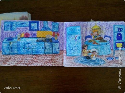 И снова бумажное, эти домики я сделала давно, для своей коллекции бумажных кукол, которых у меня ну очень много. Люблю я их... Сразу скажу многие фоны я срисовывала, например тот что ниже, срисован с домика феи Ромашки. Всего два альбома, один страшный потому, что не старалась и раскрасила восковыми карандашами, второй мне нравится, начну со второго альбома. И ещё в нем на каждой страничке спрятано много божих коровок, в некоторых комнатах есть секретики. Эти домики я тоже снимала на видео, одно из них https://youtu.be/Gug1cgWP7wE страшный дом и одежду я тоже снимала, но ссылку лень искать)))) кукол, пока заскок не прошёл, продолжаю печатать и рисовать им места обитания, очень надеюсь, что это все пригодится дочке. фото 27