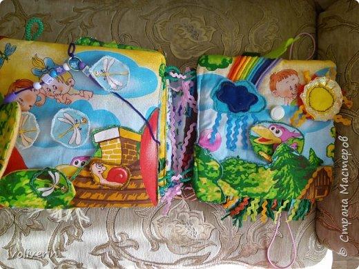 Здравствуйте, увидела красивую ткань и решила сшить ещё одну книжку для дочки. Размер 24 на 24, страницы с синтепоном, на обложке два сердечка под фото, есть ручки, застёжка две резиновые петли и Пуговкин. Голова мишки-карман(он был покупным кошельком) фото 7
