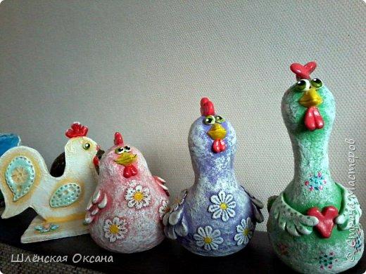 """Дорого времени суток Страна Мастеров!Хотела дождаться утра,сделать получше фото,но как обычно не выдержала)))Наконец то доделала курицу на яйце""""Нашла курочка яичко""""Снести она такую бандуру не могла потому нашла,наверное страус потерял.И накрасила малышей,хотела всех делать чёрненькими в белый горошек,но почему-то решила попробовать цветных,боялась так красить думала испорчу,ну получилось как мне кажется нет так уж и плохо.В жизни и так много темных оттенков,пусть хоть эти курки будут красочными и веселыми. фото 10"""