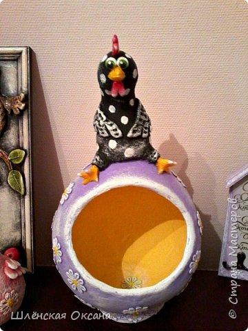 """Дорого времени суток Страна Мастеров!Хотела дождаться утра,сделать получше фото,но как обычно не выдержала)))Наконец то доделала курицу на яйце""""Нашла курочка яичко""""Снести она такую бандуру не могла потому нашла,наверное страус потерял.И накрасила малышей,хотела всех делать чёрненькими в белый горошек,но почему-то решила попробовать цветных,боялась так красить думала испорчу,ну получилось как мне кажется нет так уж и плохо.В жизни и так много темных оттенков,пусть хоть эти курки будут красочными и веселыми. фото 11"""