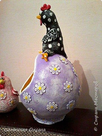 """Дорого времени суток Страна Мастеров!Хотела дождаться утра,сделать получше фото,но как обычно не выдержала)))Наконец то доделала курицу на яйце""""Нашла курочка яичко""""Снести она такую бандуру не могла потому нашла,наверное страус потерял.И накрасила малышей,хотела всех делать чёрненькими в белый горошек,но почему-то решила попробовать цветных,боялась так красить думала испорчу,ну получилось как мне кажется нет так уж и плохо.В жизни и так много темных оттенков,пусть хоть эти курки будут красочными и веселыми. фото 12"""