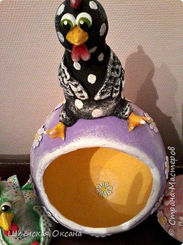 """Дорого времени суток Страна Мастеров!Хотела дождаться утра,сделать получше фото,но как обычно не выдержала)))Наконец то доделала курицу на яйце""""Нашла курочка яичко""""Снести она такую бандуру не могла потому нашла,наверное страус потерял.И накрасила малышей,хотела всех делать чёрненькими в белый горошек,но почему-то решила попробовать цветных,боялась так красить думала испорчу,ну получилось как мне кажется нет так уж и плохо.В жизни и так много темных оттенков,пусть хоть эти курки будут красочными и веселыми. фото 14"""