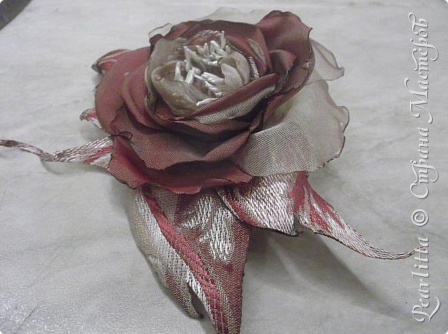 """У кого осень на дворе и День Учителя, а у меня- отголоски жаркого южного лета с буйным цветением! Роза из набивного шёлка, капрона и органзы """"Томлёная брусника"""". фото 2"""