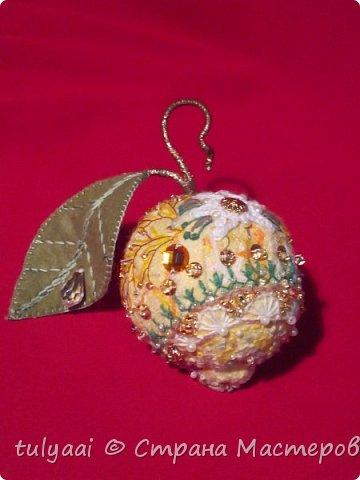 На создание «золотого» лимончика меня вдохновили груши/яблоки Татьяны Бушмановой (Белоозеровой) и Людмилы Котовой. Выкройку снимала с настоящего лимона, при помощи пищевой пленки. Собственно этим способом можно снять выкройки почти с  любого предмета. А делается это очень просто: оборачиваешь выбранный предмет плотно пищевой пленкой, поверх пленки для прочности заклеиваешь всю поверхность скотчем. Аккуратно разрезаешь на части, вот выкройка и готова.