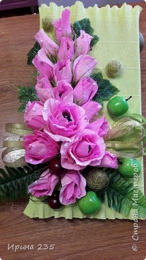 Коробка конфет украшенная цветами. фото 1