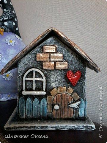Доброго времени суток,Страна Мастеров!До делала чайный домик,ну может не совсем чайный,может это коробочка под секретики или под конфетики)))Кирпичики,забор,дверь из картона,были вклеены под салфетку,при покраске так красивенько вылезли и не видно картонного среза.Все остальные детали,окна,сердце ручка,дерево ,яблочки из массы ДАС. фото 1