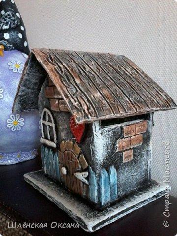 Доброго времени суток,Страна Мастеров!До делала чайный домик,ну может не совсем чайный,может это коробочка под секретики или под конфетики)))Кирпичики,забор,дверь из картона,были вклеены под салфетку,при покраске так красивенько вылезли и не видно картонного среза.Все остальные детали,окна,сердце ручка,дерево ,яблочки из массы ДАС. фото 2