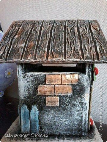 Доброго времени суток,Страна Мастеров!До делала чайный домик,ну может не совсем чайный,может это коробочка под секретики или под конфетики)))Кирпичики,забор,дверь из картона,были вклеены под салфетку,при покраске так красивенько вылезли и не видно картонного среза.Все остальные детали,окна,сердце ручка,дерево ,яблочки из массы ДАС. фото 3