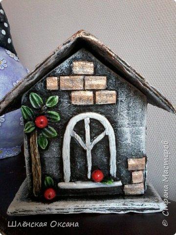 Доброго времени суток,Страна Мастеров!До делала чайный домик,ну может не совсем чайный,может это коробочка под секретики или под конфетики)))Кирпичики,забор,дверь из картона,были вклеены под салфетку,при покраске так красивенько вылезли и не видно картонного среза.Все остальные детали,окна,сердце ручка,дерево ,яблочки из массы ДАС. фото 4