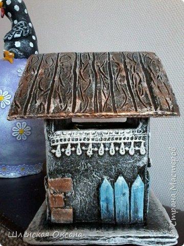 Доброго времени суток,Страна Мастеров!До делала чайный домик,ну может не совсем чайный,может это коробочка под секретики или под конфетики)))Кирпичики,забор,дверь из картона,были вклеены под салфетку,при покраске так красивенько вылезли и не видно картонного среза.Все остальные детали,окна,сердце ручка,дерево ,яблочки из массы ДАС. фото 5