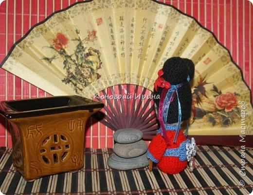 Куколка Кокэси в технике амигуруми фото 3