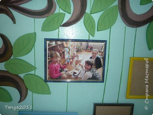 """Опять мой любимый пеноплекс. Если кто видел моё дерево ремёсел, то я показала начало работы на большой стене. Вот так можно оформить выставку работ детей, фотографий и т.д.  Рамки можно использовать любые - так даже интереснее. Они все """"висят"""" на дереве. Рамки прикрепила так, что можно менять фото или рисунки. Покрасила отдельно рамки без стекла, затем собрала. фото 2"""