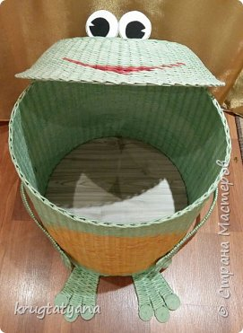 """Здравствуйте! Сплела короб для игрушек """"Лягушка"""". Это подарок на День учителя классному руководителю моей дочери.  Идею изготовления лапок взяла в интернете  http://postila.ru/id3816964/589454-pletenie_iz_gazetnyih_trubochek  фото 3"""