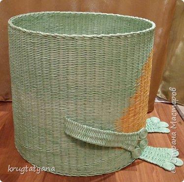 """Здравствуйте! Сплела короб для игрушек """"Лягушка"""". Это подарок на День учителя классному руководителю моей дочери.  Идею изготовления лапок взяла в интернете  http://postila.ru/id3816964/589454-pletenie_iz_gazetnyih_trubochek  фото 4"""