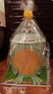 """Здравствуйте! Сплела короб для игрушек """"Лягушка"""". Это подарок на День учителя классному руководителю моей дочери.  Идею изготовления лапок взяла в интернете  http://postila.ru/id3816964/589454-pletenie_iz_gazetnyih_trubochek  фото 2"""