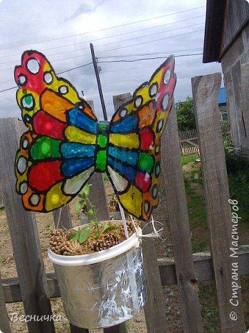 Вот такие бабочки для украшения сада получаются из пластиковых бутылок и витражных красок.  фото 6