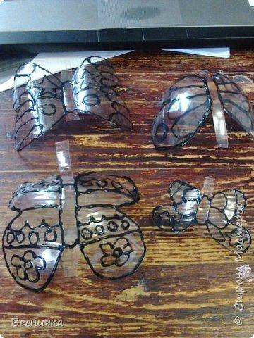 Вот такие бабочки для украшения сада получаются из пластиковых бутылок и витражных красок.  фото 3