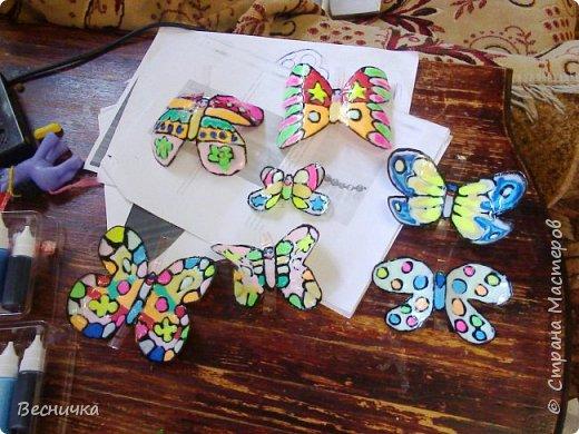 Вот такие бабочки для украшения сада получаются из пластиковых бутылок и витражных красок.  фото 4