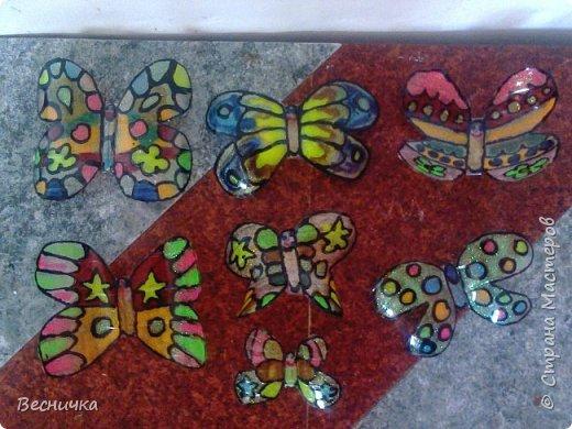Вот такие бабочки для украшения сада получаются из пластиковых бутылок и витражных красок.  фото 2