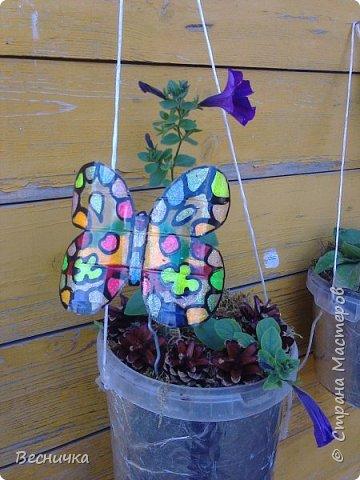 Вот такие бабочки для украшения сада получаются из пластиковых бутылок и витражных красок.  фото 7
