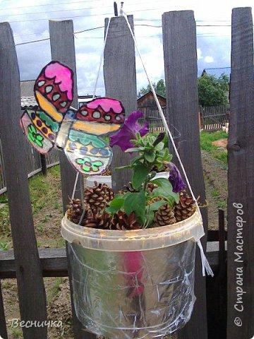 Вот такие бабочки для украшения сада получаются из пластиковых бутылок и витражных красок.  фото 8