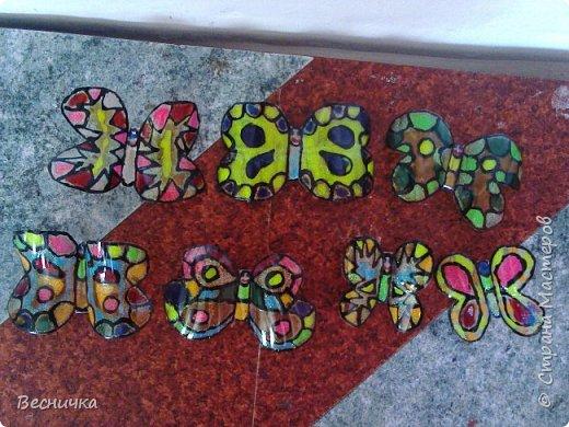 Вот такие бабочки для украшения сада получаются из пластиковых бутылок и витражных красок.  фото 1