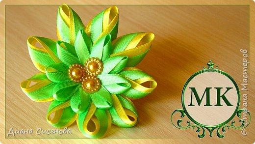 """Привет! Этот мастер-класс простого цветка для тех, кто только начинает творить в стиле канзаши.  Материалы и инструменты: желтая атласная лента шириной 1,2 см (63 см); зеленая атласная лента шириной  0,6 см (1 м); белая атласная лента шириной  1,2 см (3,5 см) красивые серединки - 3 шт (диаметр 0,8см); фетровый кружок - 2 шт (диаметр 3 см); резинка; клеевой пистолет; клей """"Момент.Кристалл""""; ножницы; зажигалка.  Приятного просмотра! Если у вас есть вопросы пишите их в комментариях . Творите своими руками и радуйте своих родных и близких!"""
