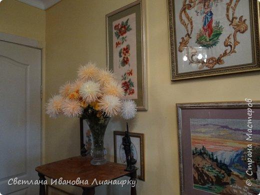 Лет 15 назад я оказалась на выставке, там  увидела эти цветочки и прошла мимо, не обратив на них внимания. Была 100 процентная уверенность, что они живые, подумала, что кому-то подарили живой букет. Прошло  какое-то время  и случайно я узнала, что это были цветы из салфеток.  Как я была удивлена! Через организаторов выставки я узнала адрес мастера. Им оказалась бабушка из дома для престарелых. Договорилась по телефону с директором данного заведения и поехала на встречу с ней. Встретилась и бабуля рассказала свою историю. что благодаря этим цветам она много лет выживала в этом мире, меняла, продавала, дарила, учила... И мне подарила  три цветочка и показала, как их делать. Счастливая я поехала домой и так началась моя история: с тех пор я делаю  и делаю эти цветы,  правда, не продаю их, а дарю. Сейчас же попробую показать вам, и, может быть,  у кого-то из вас начнется своя история  любви к данному цветочку. фото 32
