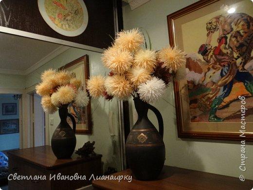 Лет 15 назад я оказалась на выставке, там  увидела эти цветочки и прошла мимо, не обратив на них внимания. Была 100 процентная уверенность, что они живые, подумала, что кому-то подарили живой букет. Прошло  какое-то время  и случайно я узнала, что это были цветы из салфеток.  Как я была удивлена! Через организаторов выставки я узнала адрес мастера. Им оказалась бабушка из дома для престарелых. Договорилась по телефону с директором данного заведения и поехала на встречу с ней. Встретилась и бабуля рассказала свою историю. что благодаря этим цветам она много лет выживала в этом мире, меняла, продавала, дарила, учила... И мне подарила  три цветочка и показала, как их делать. Счастливая я поехала домой и так началась моя история: с тех пор я делаю  и делаю эти цветы,  правда, не продаю их, а дарю. Сейчас же попробую показать вам, и, может быть,  у кого-то из вас начнется своя история  любви к данному цветочку. фото 33