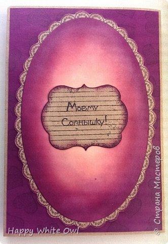 """Здравствуйте, дорогие друзья!  Наконец-то я доделала свою новую открыточку и уже подарила её маме, просто так, без повода. Ушло у меня на неё 4 дня, но не потому что она сложная, а потому что просто сынулька не давал мне даже толком присесть))) Итак, создание заднего фона и фона внутренней рамки: чернила Distress Ink в трех цветах от светлого к тёмному - Tattered rose, Victorian velvet, Seedless preserves. Растушевывала обычным треугольным спонжиком, который мы используем для тоналки. Нормального аппликатора у меня нет, пока жаба душит покупать(( Растушевывать спонжиками можно, но трудно. И руки мараются, и переход корявый получается. А может это просто у меня руки не из того места растут)) Основа, рамки, уголки - обычный крафт-картон. У меня от марки Palazzo, планшет для пастелей, эскизов и набросков """"Нежность"""" (с лошадкой на обложке), 200 г/м2, 20 листов. Я планшетом очень довольна, скоро побегу закупаться по новой. Сама Gorjuss: набор штампов Gorjuss Rubber Stamp - Santoro - Hush Little Bunny. Разрисовывала маркерами FineColor, китайского производства. К сожалению, светлого оттенка, который бы подошел для кожи у меня нет, поэтому все мои девочки получаются мулатками. Уголки посажены на вспененную основу. Рамка тоже + внутренняя рамка с девочкой тоже посажена на вспененную основу. Получился забавный бутерброд. Я покупала вспененную основу в хозяйственном магазине и она довольно тонкая, поэтому для объема пришлось использовать несколько слоев.  фото 3"""