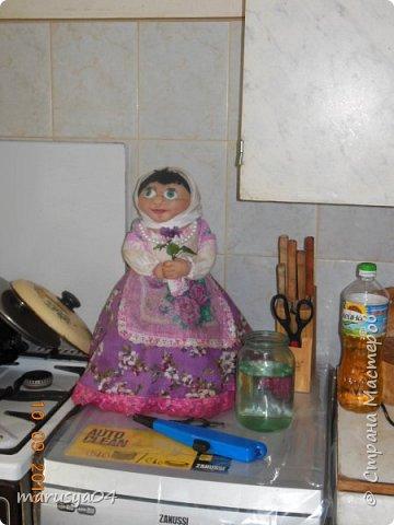 Это была моя первая кукла. Строго не судите))). Делать я их не умела, знала только по наслышке. 8 мая 2014 года у дедули был день рождения. Накануне он случайно сжёг на газу старую куклу, купленную в советские времена, которой регулярно пользовался при готовке. Очень страдал от отсутствия оной, т.к. всегда пользовался ей - укрывал супчики, картошечку и т.д. и т.п. Мне дали парт.задание - добыть куклу. У нас городок маленький - такое чудо не продается. Мастерицы-знакомые отказались сделать - сказали времени нет. А я кроме попиков тогда кукол утяжками в глаза не видела. Поэтому решила импровизировать. Два дня до дня рождения - сходила в магазин для рукоделия - купила ткани и глазки (с размером не рассчитала). Юбку вырезала - солнце - чтоб на большую кастрюлю одеть, волосы из пряжи - добавки для носок сделала. Как делать веки в помине не знала. Бутылка была взята 1,5 литровая - голова получилась здоровая. Но посмотреть мастер-классы я еще не догадалась. Поэтому все утяжки делала наугад. Шила день и ночь. Ну родня одобрила, посмеялась над вылупившимися глазками.  фото 4