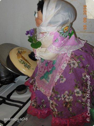 Это была моя первая кукла. Строго не судите))). Делать я их не умела, знала только по наслышке. 8 мая 2014 года у дедули был день рождения. Накануне он случайно сжёг на газу старую куклу, купленную в советские времена, которой регулярно пользовался при готовке. Очень страдал от отсутствия оной, т.к. всегда пользовался ей - укрывал супчики, картошечку и т.д. и т.п. Мне дали парт.задание - добыть куклу. У нас городок маленький - такое чудо не продается. Мастерицы-знакомые отказались сделать - сказали времени нет. А я кроме попиков тогда кукол утяжками в глаза не видела. Поэтому решила импровизировать. Два дня до дня рождения - сходила в магазин для рукоделия - купила ткани и глазки (с размером не рассчитала). Юбку вырезала - солнце - чтоб на большую кастрюлю одеть, волосы из пряжи - добавки для носок сделала. Как делать веки в помине не знала. Бутылка была взята 1,5 литровая - голова получилась здоровая. Но посмотреть мастер-классы я еще не догадалась. Поэтому все утяжки делала наугад. Шила день и ночь. Ну родня одобрила, посмеялась над вылупившимися глазками.  фото 7