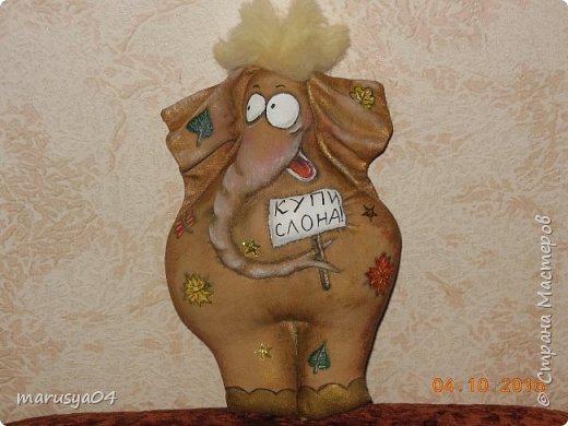 Наконец-то сбылась мечта - моя первая игрушка-кофеюшка. Мастер-класс Татьяны Зуевой. Сказки у камина - это что-то... Конечно есть и свои отличия - шила из льна - старинного прабабушкиного льняного сарафана, рисовала листики, а не цветочки - осень всё-таки... да и слон в подарок мужчине, приклеила паетки -звездочки, ну и так как коричневой акрилки в магазине не оказалось - тонировала бронзовой, медной и золотой... Думаю, для первого слона вышло неплохо... фото 1