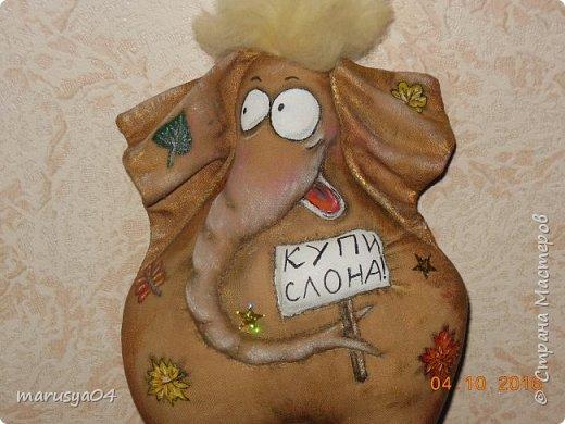 Наконец-то сбылась мечта - моя первая игрушка-кофеюшка. Мастер-класс Татьяны Зуевой. Сказки у камина - это что-то... Конечно есть и свои отличия - шила из льна - старинного прабабушкиного льняного сарафана, рисовала листики, а не цветочки - осень всё-таки... да и слон в подарок мужчине, приклеила паетки -звездочки, ну и так как коричневой акрилки в магазине не оказалось - тонировала бронзовой, медной и золотой... Думаю, для первого слона вышло неплохо... фото 2