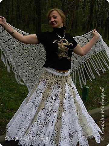 Эта шаль связана крючком из х/б пряжи.Эта идея пришла ко мне,когда моя подруга выходила замуж.(По традиции когда снимают фату невесте,свекровь покрывает голову платком.)Вот и вышла такая шаль. фото 3