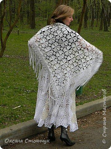 Эта шаль связана крючком из х/б пряжи.Эта идея пришла ко мне,когда моя подруга выходила замуж.(По традиции когда снимают фату невесте,свекровь покрывает голову платком.)Вот и вышла такая шаль. фото 2